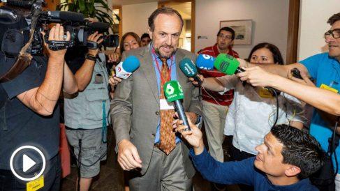 El negociador de Vox en la Región de Murcia Luis Gestoso, durante un receso de la reunión que estan manteniendo los negociadores de Ciudadanos, Vox y el PP, para negociar un pacto de gobierno a tres, en el grupo parlamentario del PP hoy en la Asamblea Regional de Murcia en Cartagena. EFE/Marcial Guillén