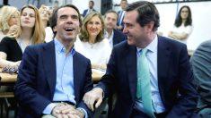 El presidente de FAES, José María Aznar (izda), conversa con presidente de la CEOE, Antonio Garamendi, antes de pronunciar la conferencia de clausura del curso de verano de la Fundación. (Foto: Efe)