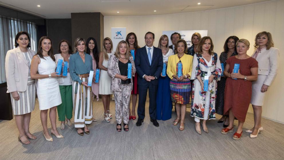 Gonzalo Gortázar con las ganadoras territoriales del Premio Mujer Empresaria CaixaBank 2019