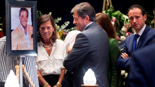 Miles de gijoneses se vuelcan en dar el último adiós a Arturo Fernández