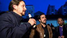 Pablo Iglesias y Alberto Garzón bebiendo cerveza. (Foto. Podemos)