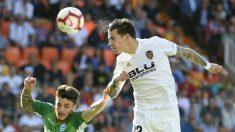 Santi Mina en un partido contra el Alavés (AFP=