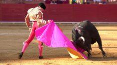 Álvaro Lorenzo durante la faena a su primer toro (Foto: EFE).