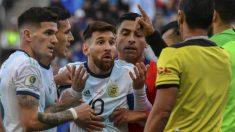 Leo Messi protesta al árbitro. (AFP)