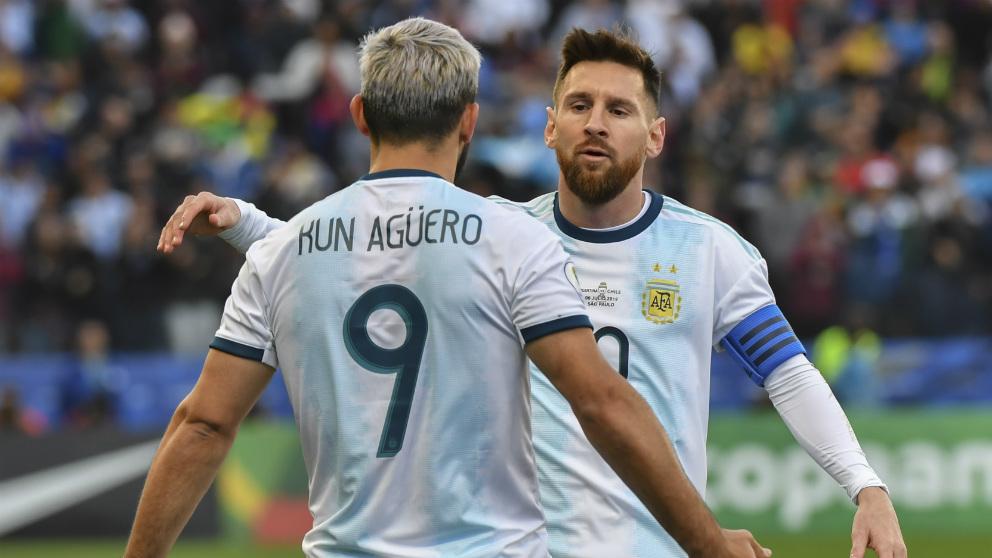 Leo Messi celebra con Agüero un gol con Argentina. (AFP)