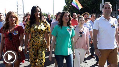 Inés Arrimadas, entre Begoña Villacís e Ignacio Aguado en la marcha del Orgullo (Foto: EFE)