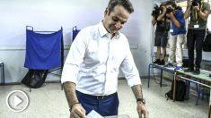 Kyriakos Mitsotakis en el momento de votar este domingo (Foto: AFP).