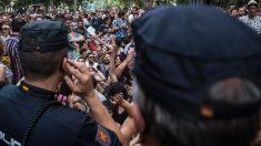 La Policía Nacional tuvo que escoltar a los representantes de Ciudadanosque participaban en la manifestación delOrgullo 2019 para que pudieran abandonarla, después de estar bloqueados durante dos horas a la altura del Museo del Prado por asistentes a la marcha. Foto: EFE