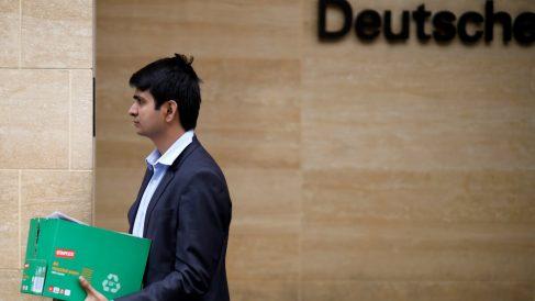 Un empleado saca una caja de la sede de Deutsche Bank en Nueva York