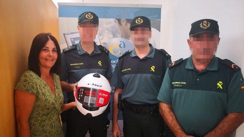 Guardias civiles posan con los cascos recién entregados.