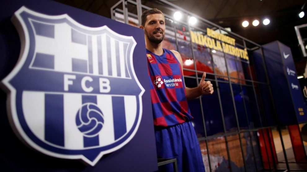 Mirotic posa con el escudo del Barcelona. (EFE)
