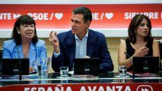 El secretario general del PSOE, Pedro Sánchez; la presidenta del partido, Cristina Narbona (i), y la portavoz, Adriana Lastra (d), durante la reunión de la Permanente de la Ejecutiva Federal del partido, este lunes en Ferraz. EFE/Luca Piergiovanni