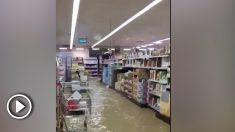 Un supermercado anegado por el agua en Tafalla.