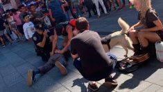 El agente español reduce al agresor al lado de un agente norteamericano aturdido tras haber recibido un cabezazo en pleno centro de Times Square. Foto: EP