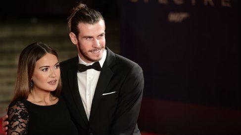 Bale junto a Emma Rhys-Jones, su mujer. (AFP)