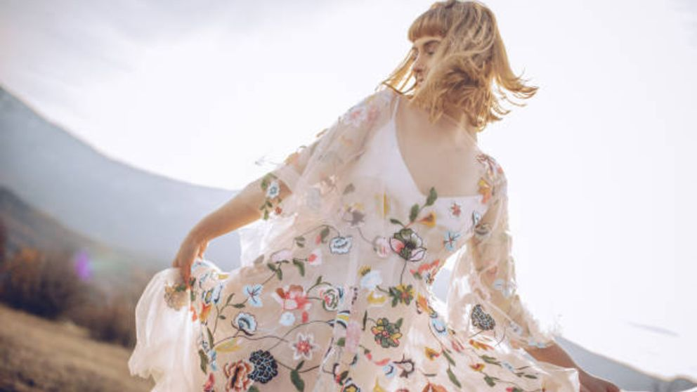 Guía de pasos para agrandar el escote de un vestido