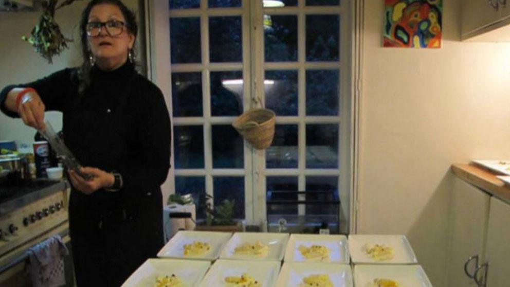 La etarra María Natividad Jáuregui, 'La Pepona', se deja fotografiar mientras prepara comida para el catering que regenta en Bélgica.