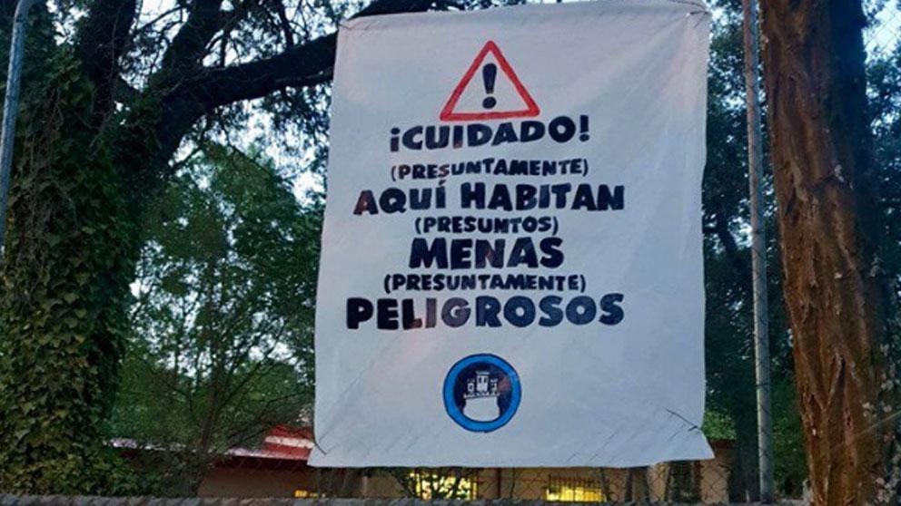 Una pancarta colgada por Hogar Social Madrid en un centro que acoge a inmigrantes menores no acompañados (MENAS) en el barrio madrileño de Hortaleza. Foto: Twitter