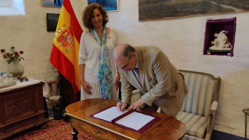 Irene Lozano recibiendo en donación la mesa donde Azaña renunció como presidente de la República (Foto: Moncloa)