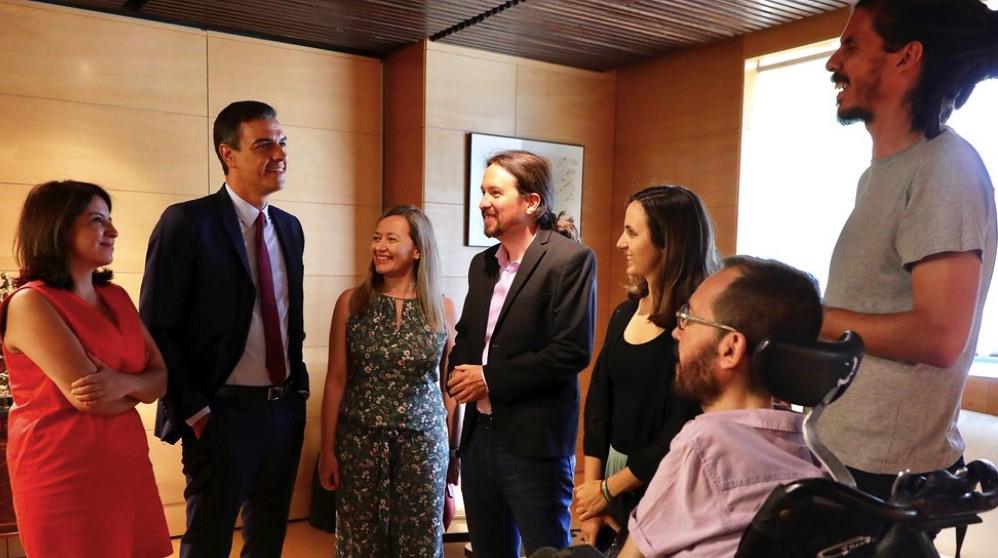 Pedro Sánchez con Pablo Iglesias y otros dirigentes de Podemos