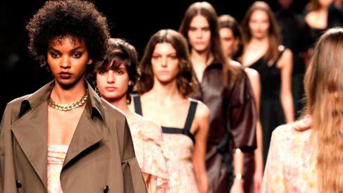 Varias modelos lucen creaciones de la colección primavera-verano 2020 de la firma Roberto Torretta, durante la cuarta jornada de la 70 edición de la Mercedes-Benz Fashion Week Madrid (MBFWM) celebrada este lunes en el recinto ferial de IFEMA. Foto: EFE