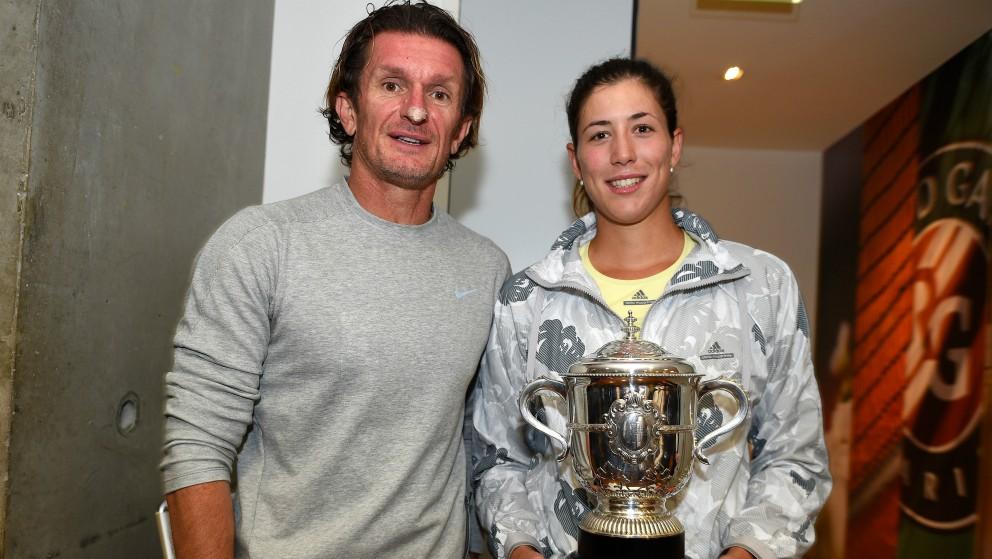 Sam Sumyk y Garbiñe Muguruza, con el trofeo de campeón de Roland Garros. (Getty)