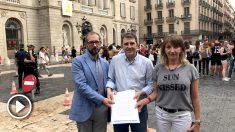 Miembros de Impulso Ciudadano muestran el recurso presentado contra la pancarta de los presos que colgó Colau en el Ayuntamiento.