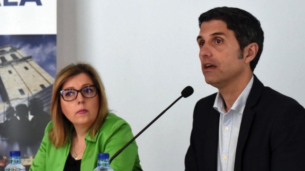 En Alcalá de Henares el alcalde con Pilar Fernández Herrador. (Foto. AD)