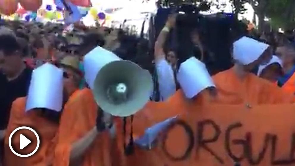 Activistas de 'El cuento de Le Ciudadane' impidiendo el paso a la comitiva de Cs en el Orgullo. (Imagen: @encuentrosbollo vía Twitter)