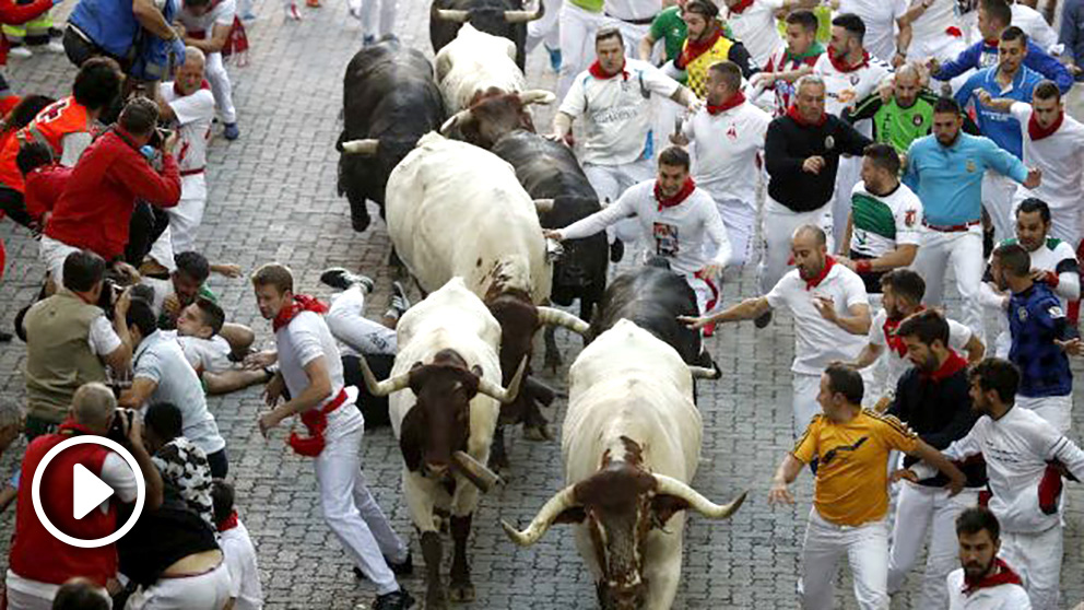 Cuarto encierro de San Fermín, protagonizado por los siempre peligrosos toros de Jandilla. (EFE)