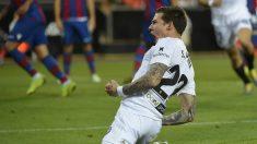 Santi Mina celebra un gol con el Valencia (AFP)