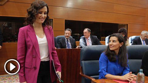 Isabel Díaz Ayuso pasa junto a Rocío Monasterio en el Pleno de Investidura de la Asamblea de Madrid. (Foto: Francisco Toledo/Okdiario)