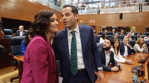 Isabel Díaz Ayuso e Ignacio Aguado se saludan en el Pleno de Investidura. (Foto: Francisco Toledo/Okdiario)