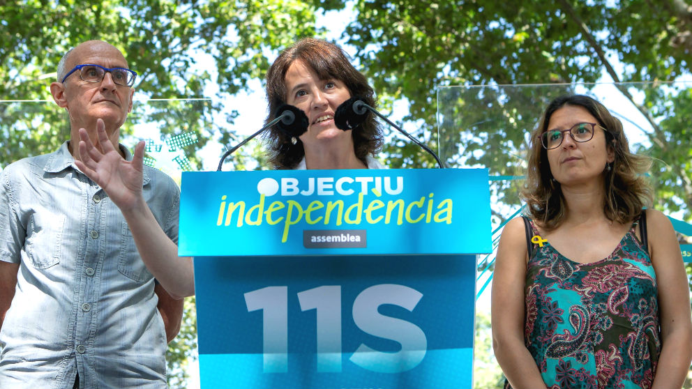 El vicepresidente de la Asamblea Nacional Catalana (ANC), Pep Croanyes (i) acompañado por la presidenta de ANC, Elisenda Paluzie (c), y por Montse Ortiz (d), de la asociación Omnium Cultural, durante la presentación hoy en Barcelona del recorrido de la manifestación de la Diada del próximo 11 de septiembre. (Foto: Efe)