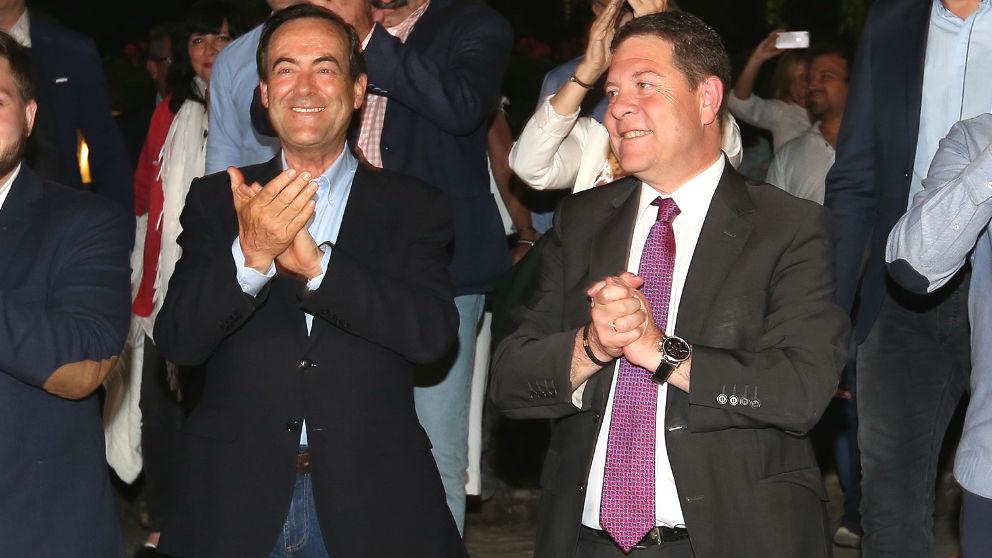 El presidente de Castilla-La Mancha, Emiliano García-Page (3i) y el expresidente de Castilla-La Mancha, José Bono (2i), aplauden tras conocerse la victoria por mayoría absoluta del PSOE en Castilla-La Mancha. (Foto: Europa Press)