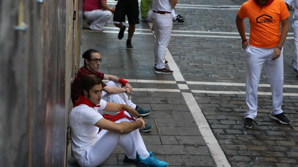 Corredores del quinto encierro han protestado con una sentada por la velocidad a la que transcurren este año.