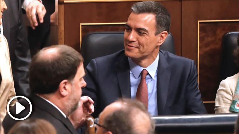 El diputado electo en prisión preventiva de ERC, Oriol Junqueras, pasa ante el presidente del Gobierno en funciones, Pedro Sánchez, durante la sesión constitutiva de las Cortes Generales de la XIII Legislatura que se celebra este martes en el Congreso de los Diputados de Madrid. (Foto: Efe)