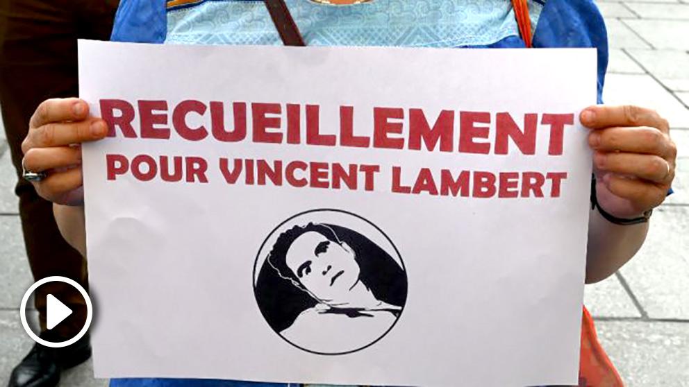 Una mujer muestra un cartel sobre el caso de Vincent Lambert.