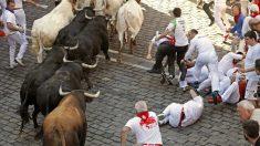 Los toros de la ganadería de Victoriano del Río, de Guadalix (Madrid), entran a la Plaza Consistorial de Pamplona, durante el quinto encierro de los Sanfermines 2019.