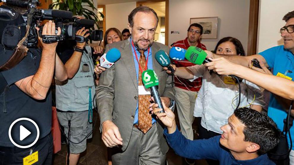 El negociador de Vox en la Región de Murcia Luis Gestoso, durante un receso de la reunión
