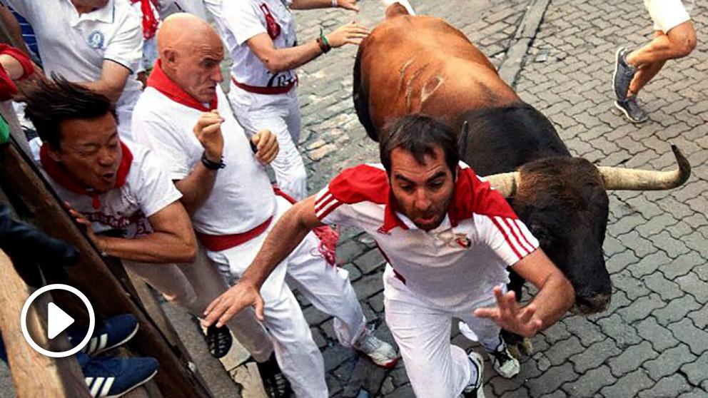 Los toros de la ganadería de Núñez del Cuvillo, de Vejer de la Frontera (Cádiz), a su paso por el tramo de Telefónica, durante el sexto encierro de los Sanfermines 2019. (Efe)