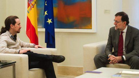 Pablo Iglesias con Mariano Rajoy en La Moncloa.