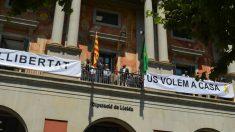 Pancartas a favor de los golpistas presos en la Diputación de Lérida. (Ep)