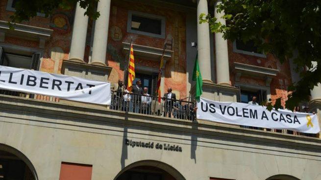 ERC coloca pancartas a favor de los golpistas en la Diputación de Lérida tras ganar la presidencia