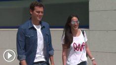 Albert Rivera abandona el hospital acompañado de su pareja sentimental, la cantante Malú