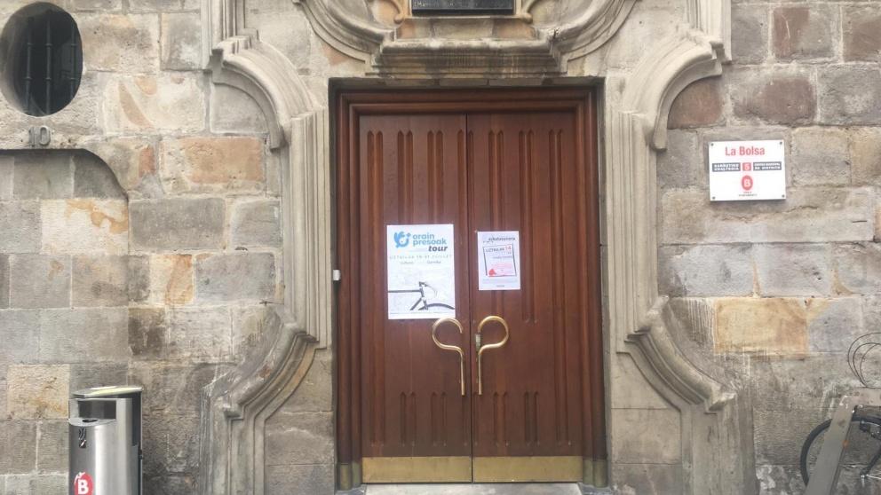 Cartel proetarra en un edifico público de Bilbao.