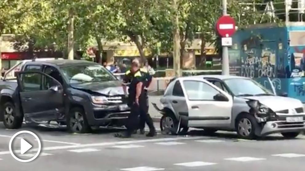 Agentes de la Guardia Urbana de Barcelona junto al coche del conductor drogado que ha provocado varios accidentes.