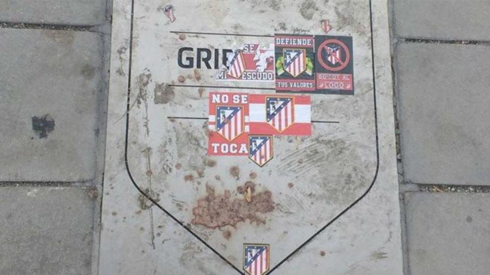 La placa de Griezmann en el Metropolitano. / @Tala_Radio