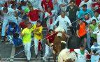 Multan con 4.000 euros a un corredor de los encierros por agarrarse a los toros