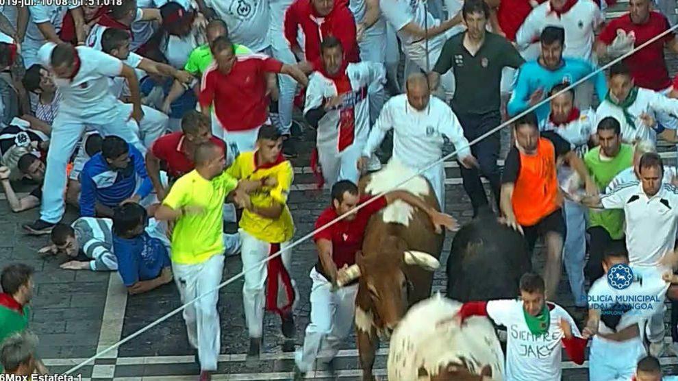 Un corredor de los encierros ha sido multado por agarrarse a los toros.